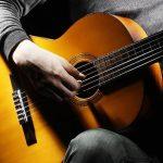 Можно ли научиться играть на гитаре в домашних условиях?